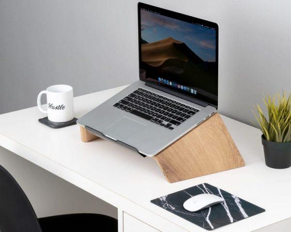 oakywood-laptop-stand-hout-eikenhout-hoesie
