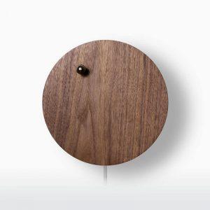 flyte-houten-design-klok-met-zwevende-kogelwijzer-STORY-walnoot-hoesie